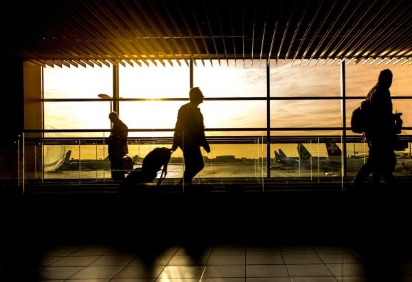 Letisko a ľudia cestujúci
